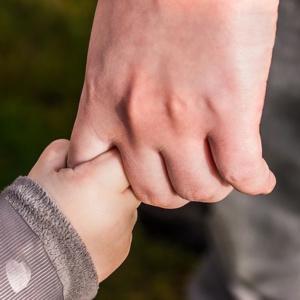 Foto Kinderhand in Erwachsenenhand